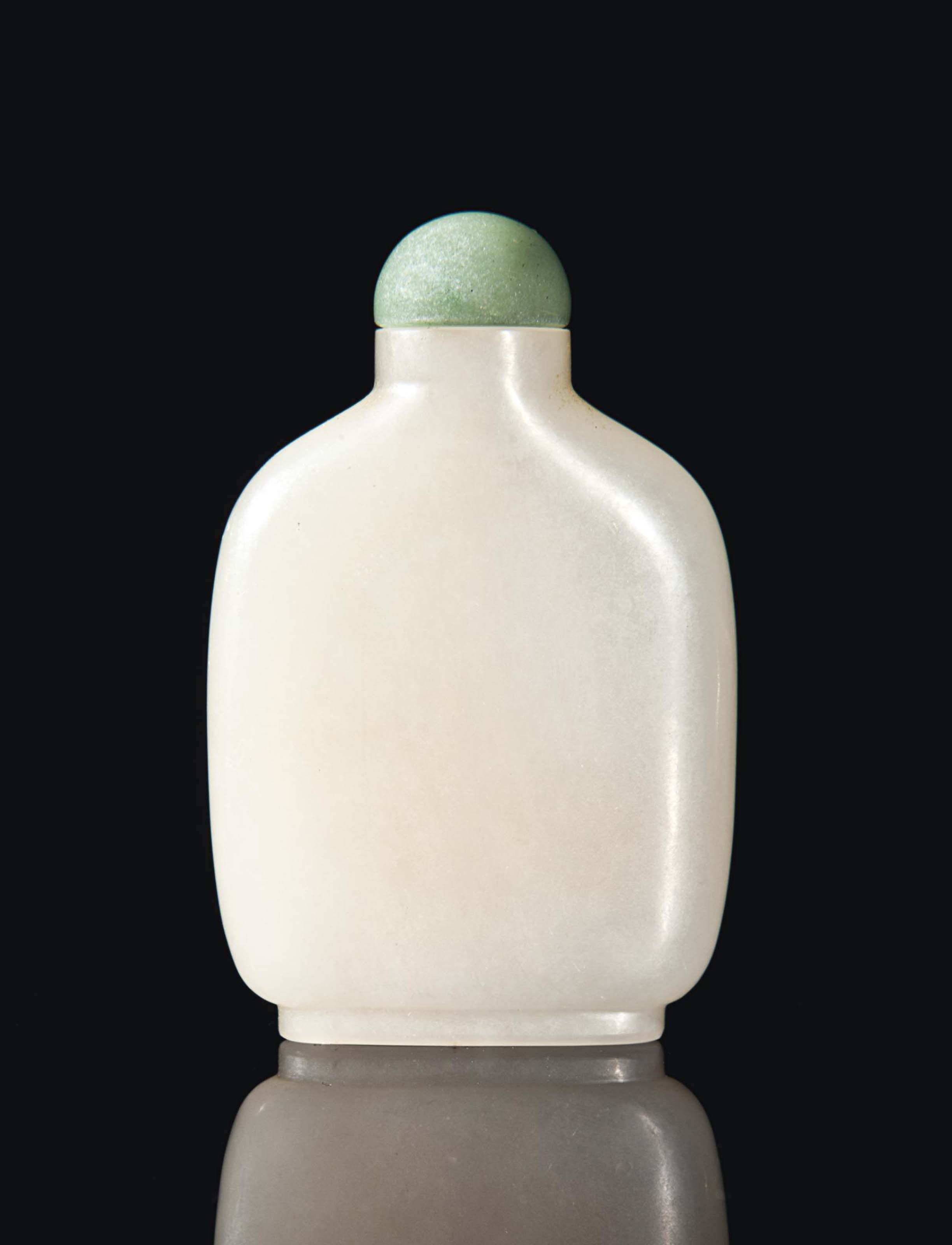 A CHINESE WHITE JADE SNUFF BOTTLE,