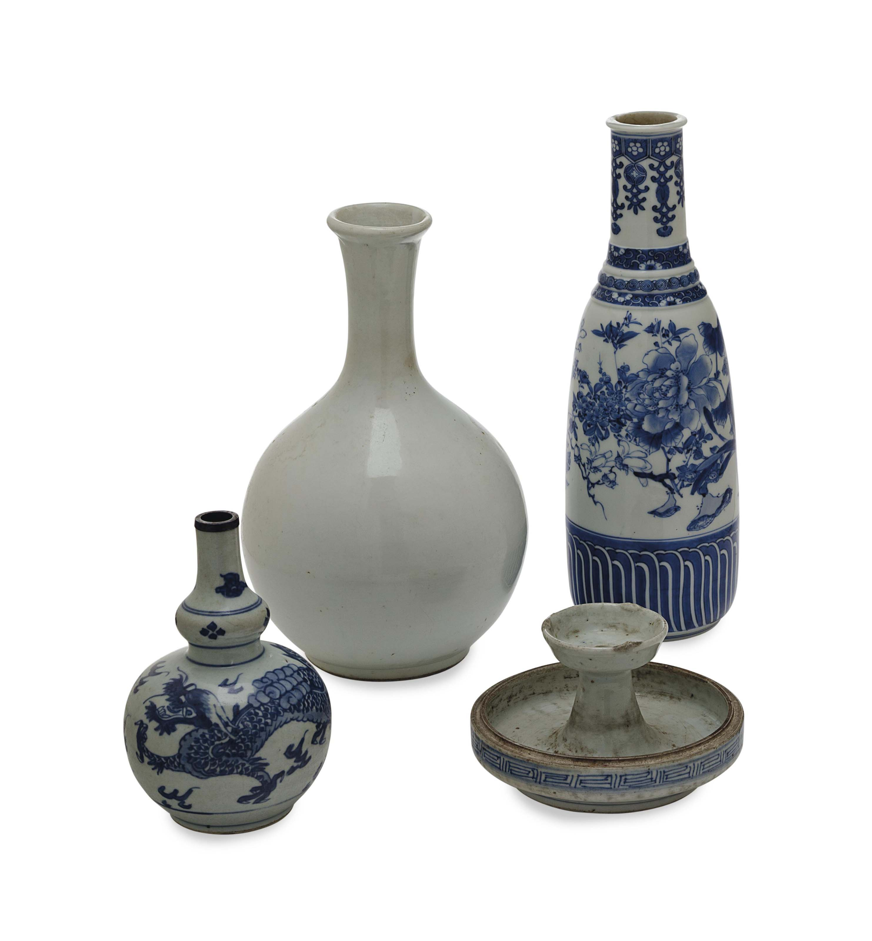A GROUP OF ASIAN BLUE AND WHITE WARES,