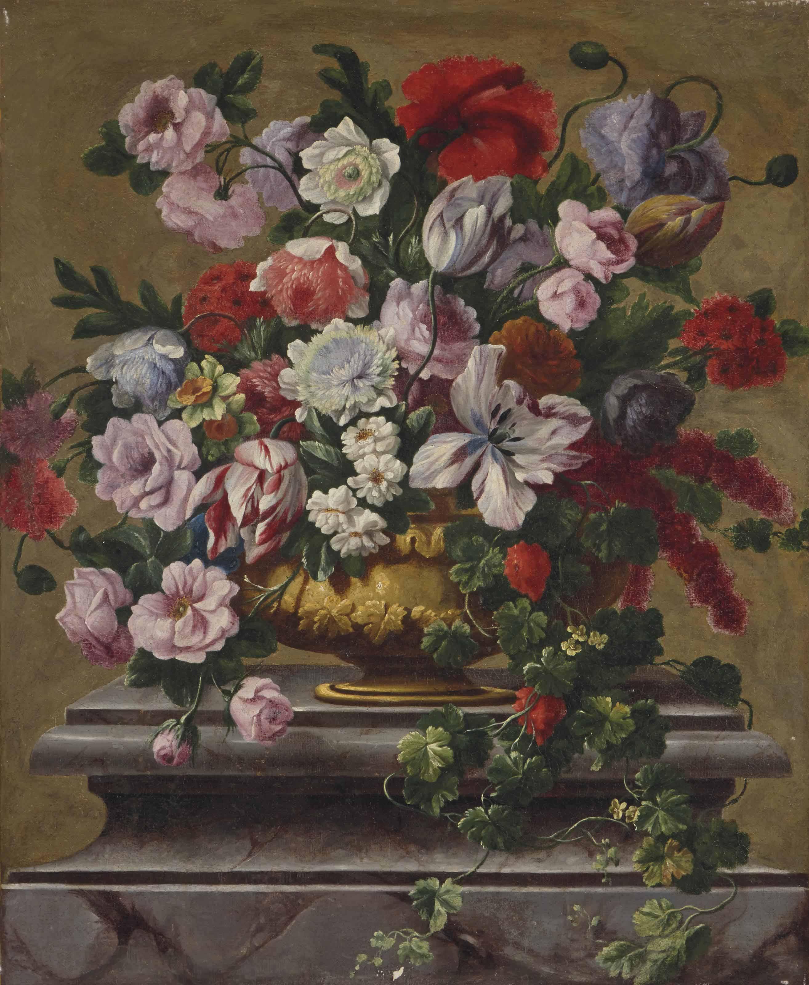 vase de fleurs sur un piédestal en marbre