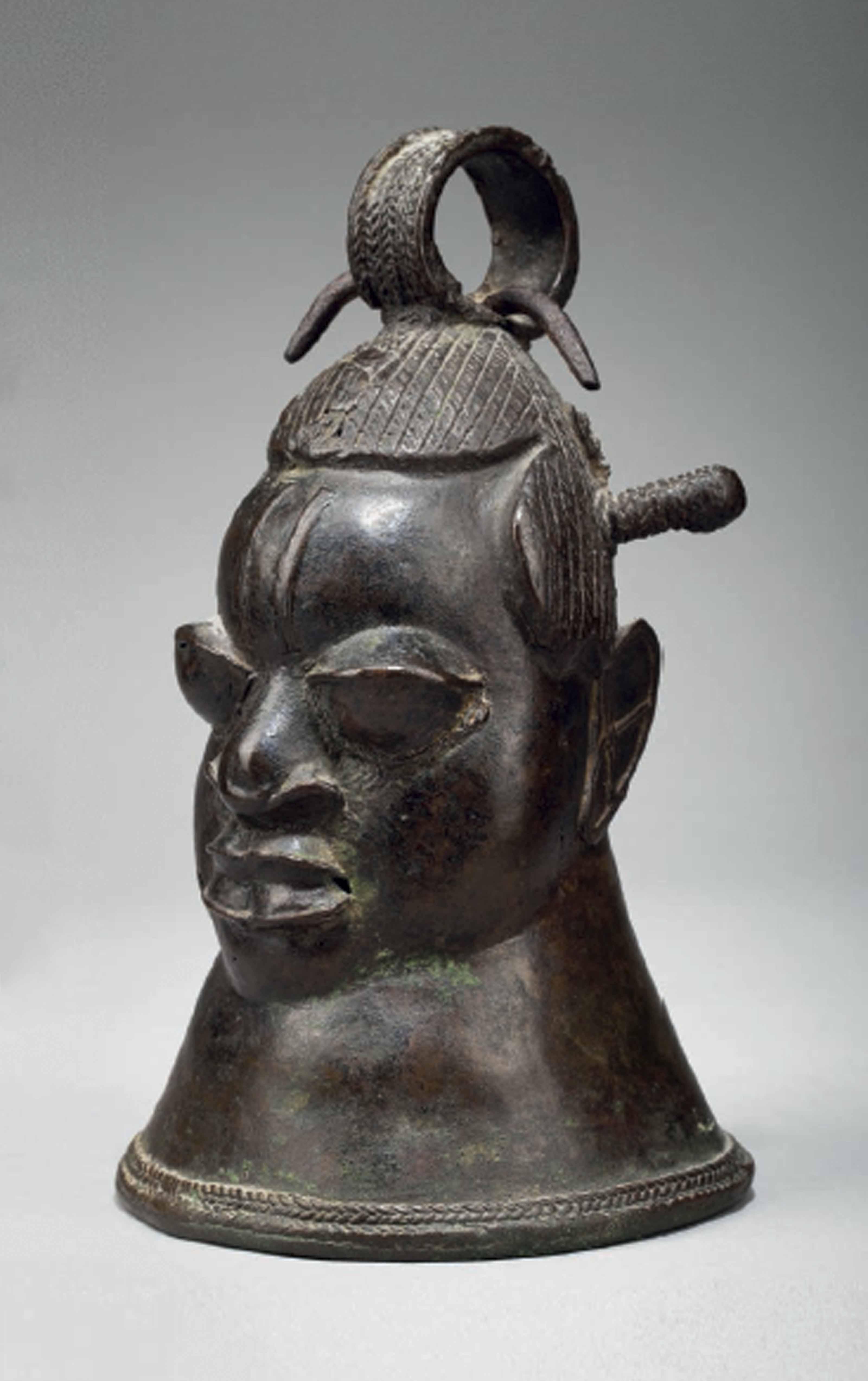 Cloche céphalomorphe en bronze