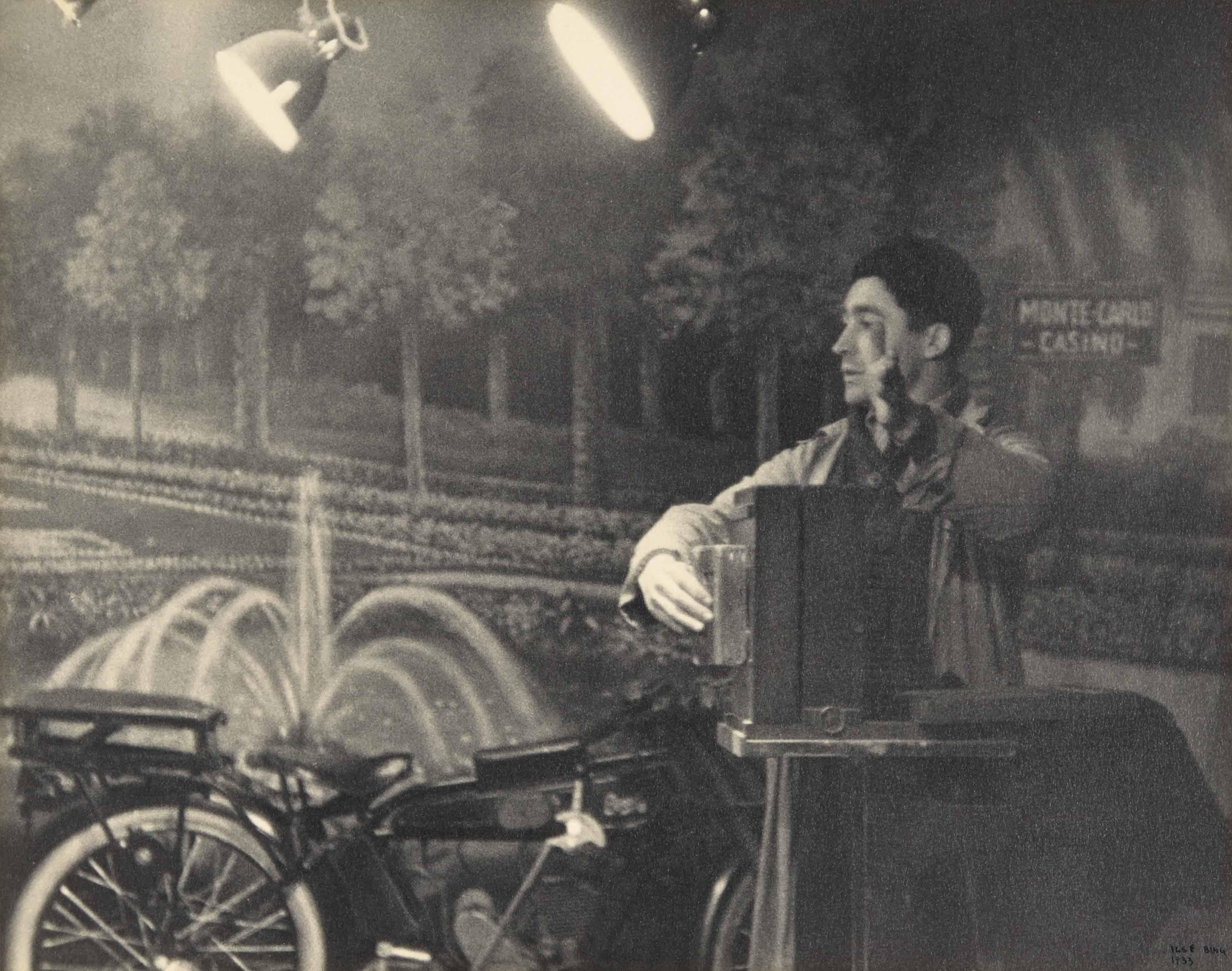 Photographe à la foire aux pains d'épices, Paris, 1933