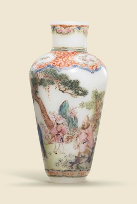 A SMALL RARE FAMILLE ROSE-ENAMELLED GLASS MINIATURE VASE