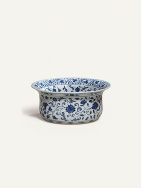 A VERY RARE AND FINELY PAINTED MING BLUE AND WHITE BASIN