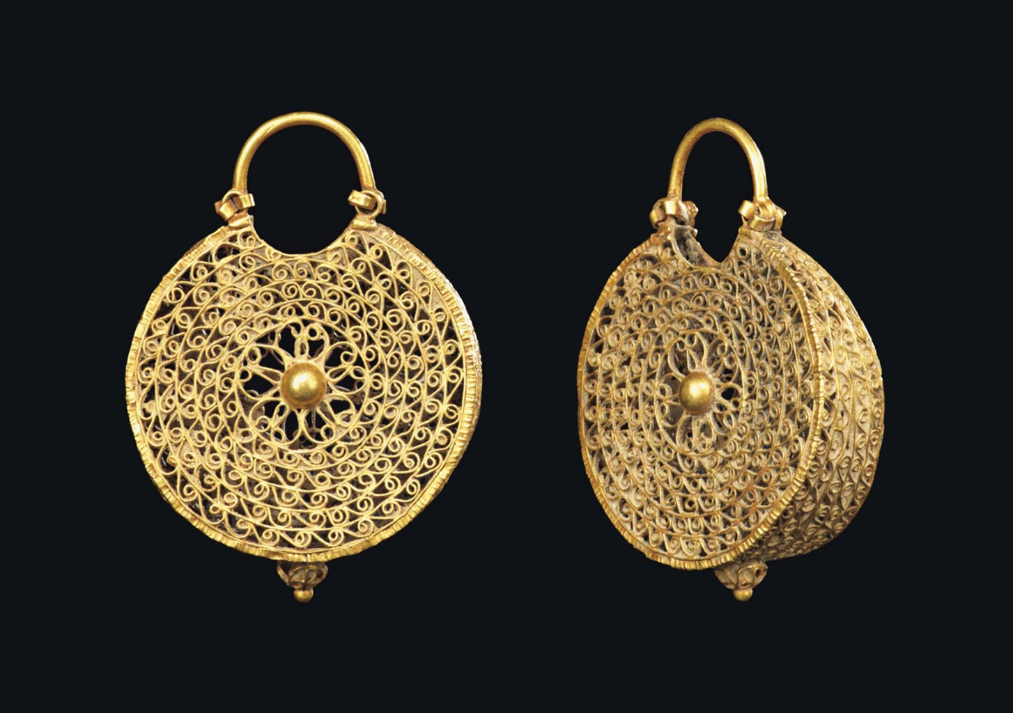 A PAIR OF FATIMID GOLD EARRING