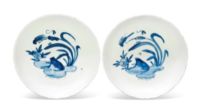 A PAIR OF BLUE AND WHITE 'FROG