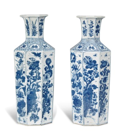 A PAIR OF BLUE AND WHITE OCTAG