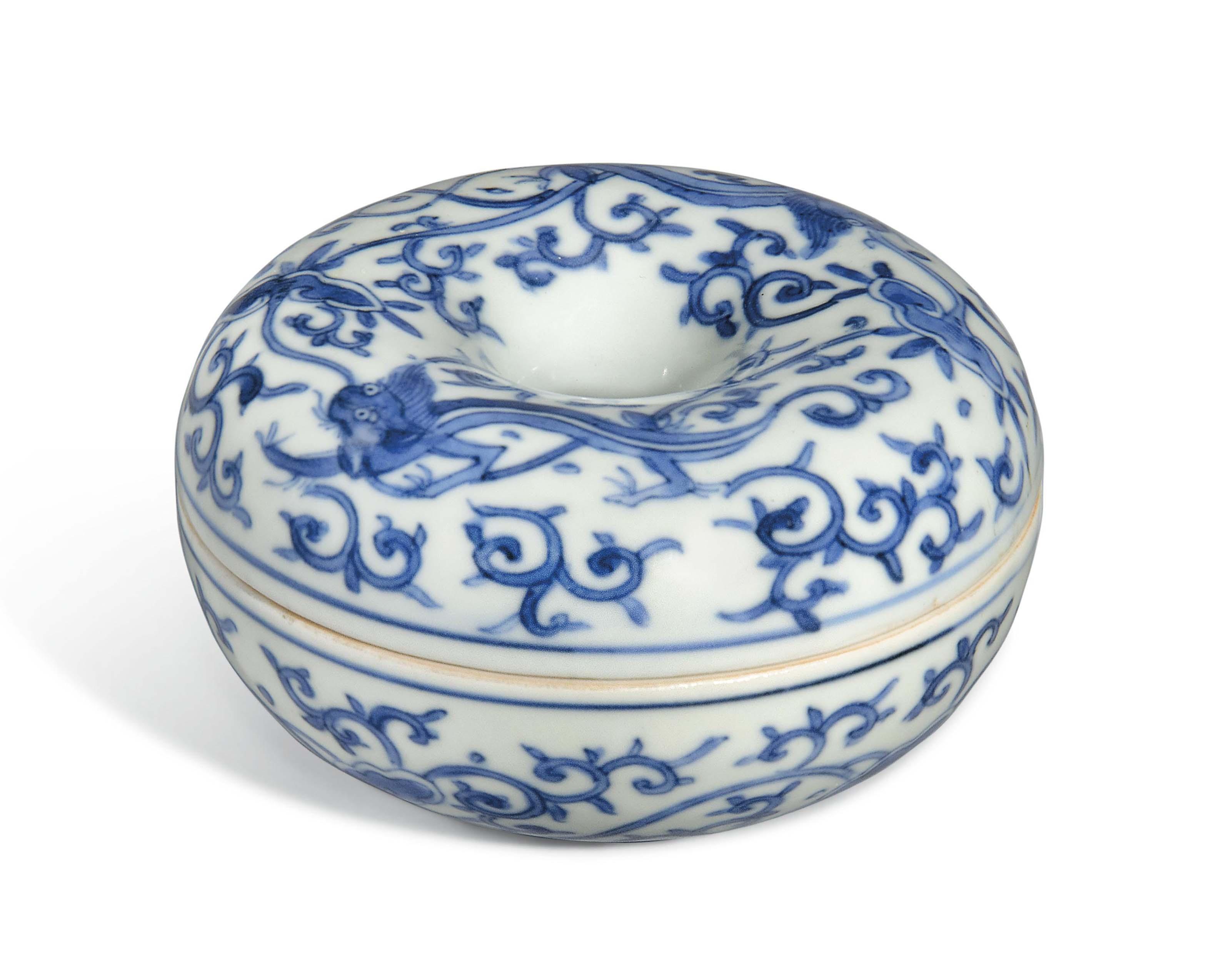 A BLUE AND WHITE CIRCULAR 'DRA