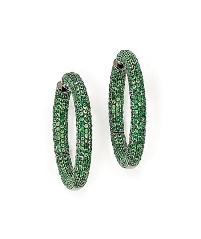 A PAIR OF GREEN GARNET EARRING