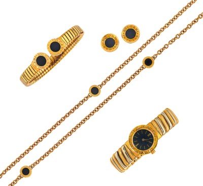 A group of jewellery and a wat