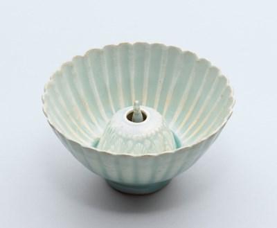 A QINGBAI PETAL-LOBED CUP
