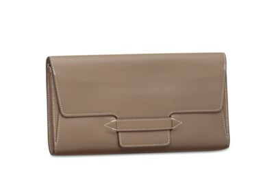 AN ÉTOUPE SWIFT LEATHER CLUTCH