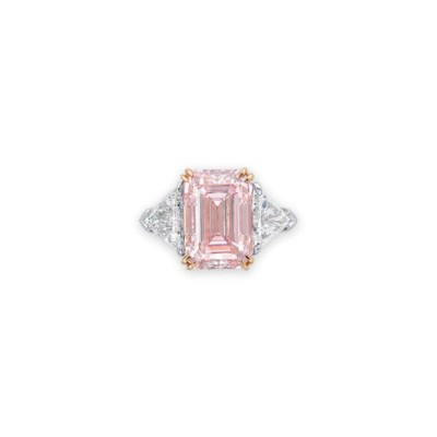 A SUPERB COLOURED DIAMOND AND