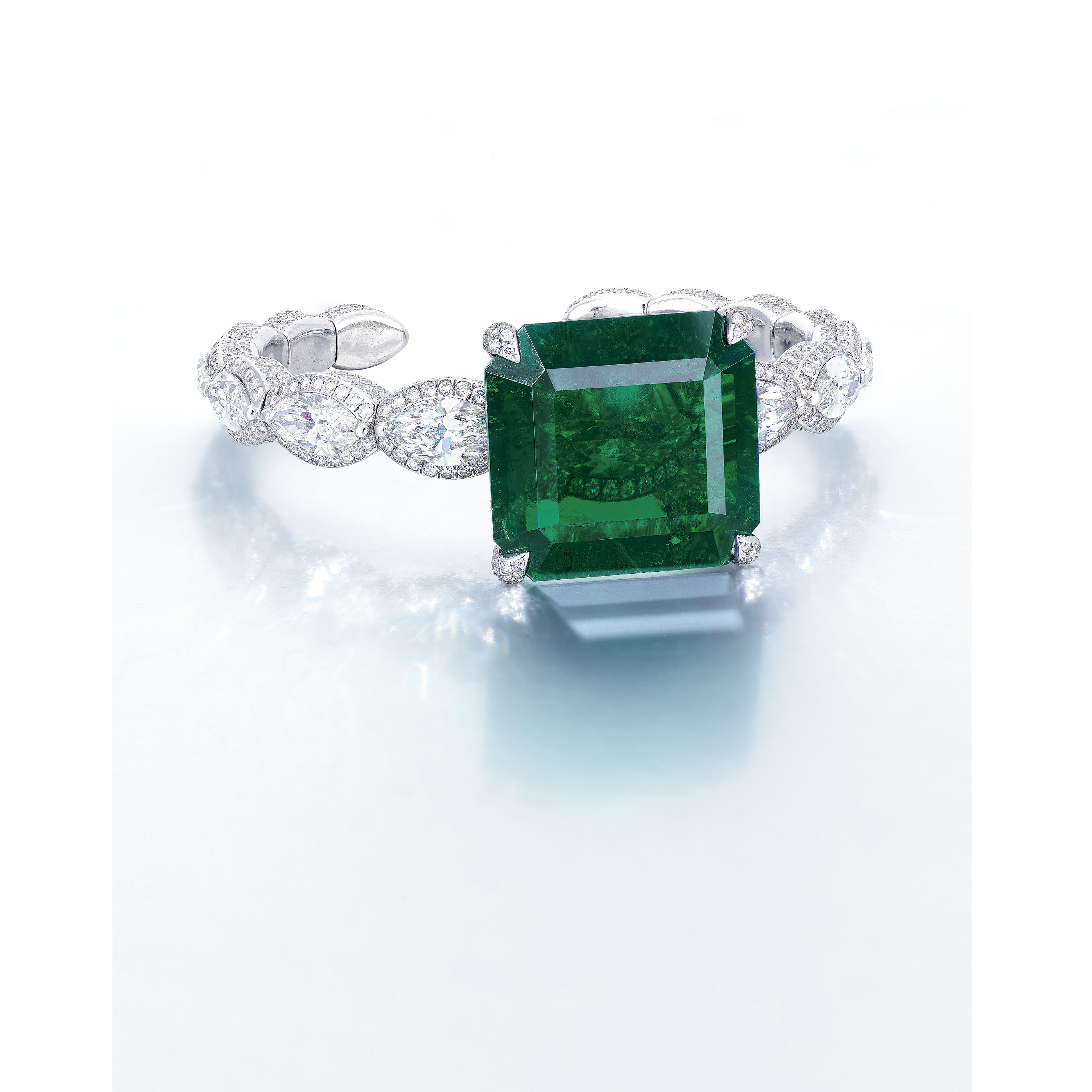 A STUNNING EMERALD AND DIAMOND BANGLE, BY ETCETERA