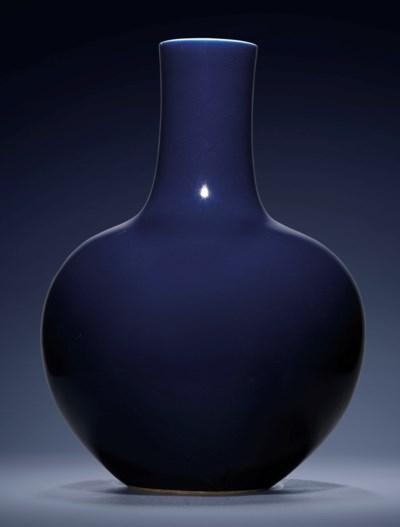 A FINE LARGE BLUE-GLAZED BOTTL