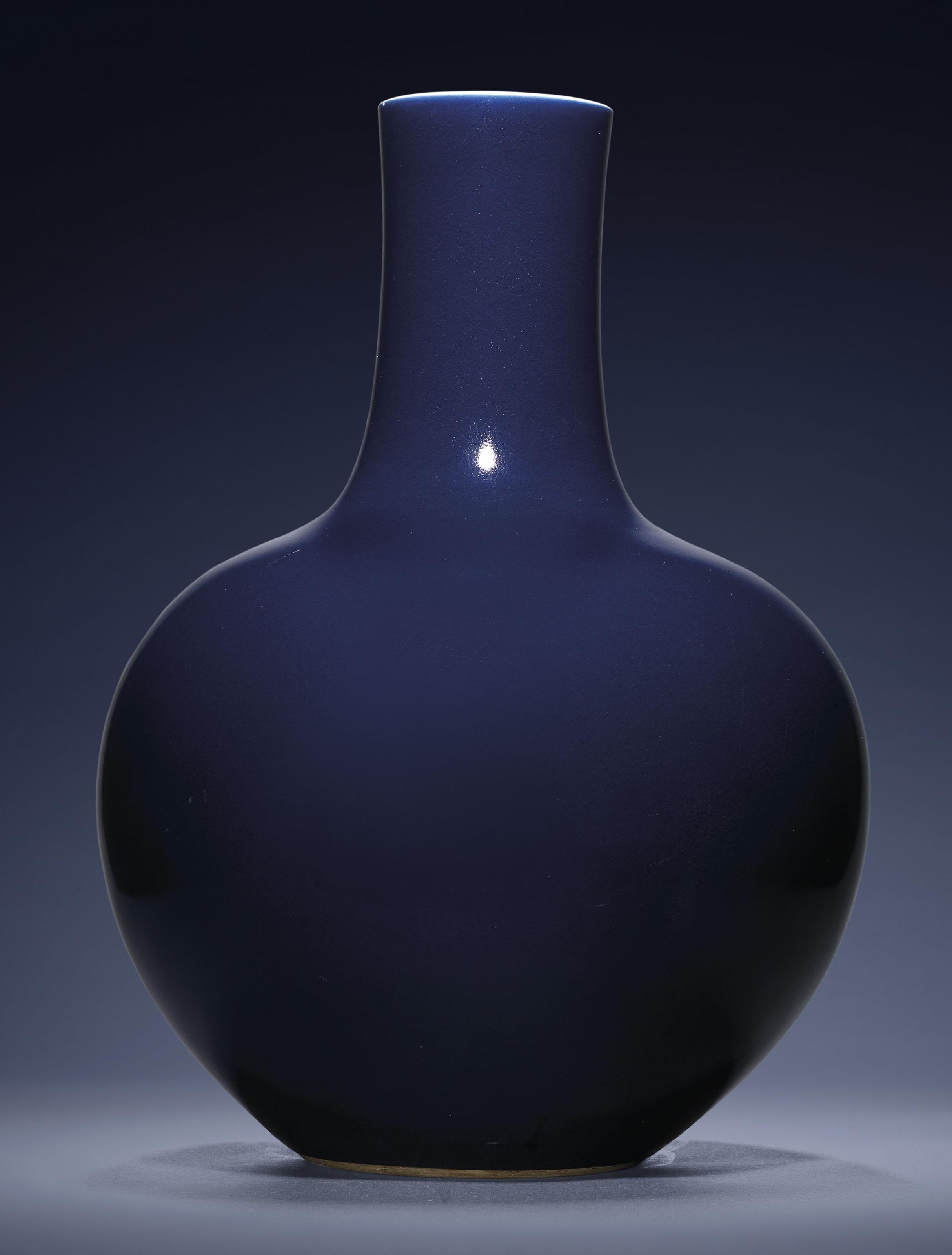 A FINE LARGE BLUE-GLAZED BOTTLE VASE, TIANQIUPING
