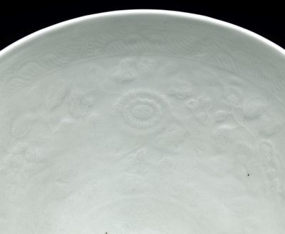 A FINE LARGE EARLY MING ANHUA-