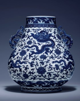 A MAGNIFICENT AND FINE BLUE AND WHITE 'DRAGON' HU-SHAPED VAS