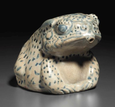 A BLUE AND WHITE FROG-FORM WAT