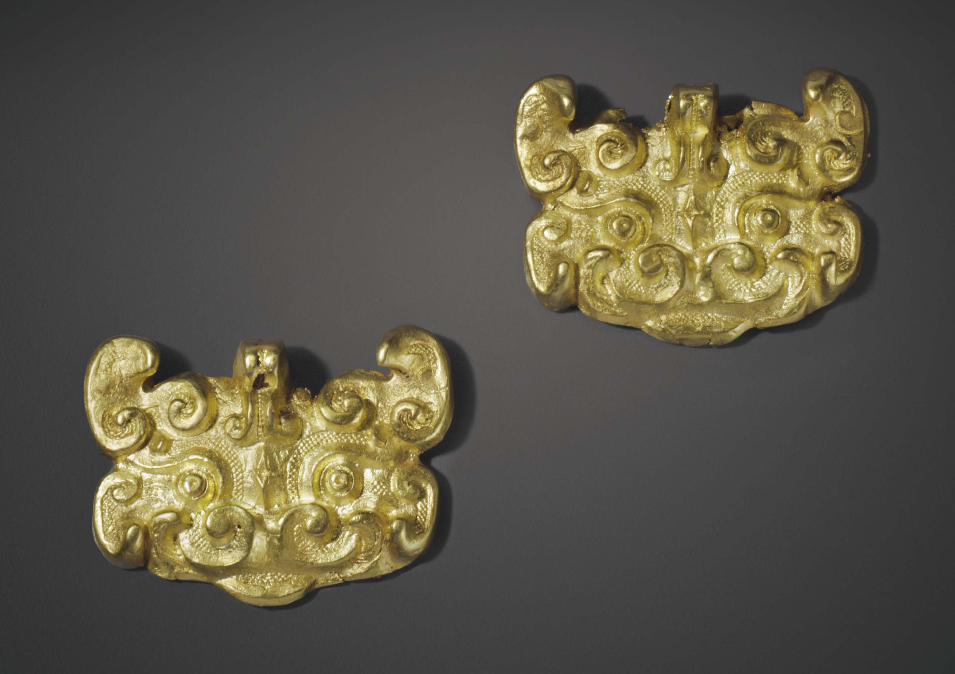 A PAIR OF GOLD MASK-FORM FITTI