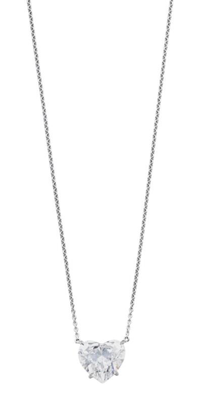 A FINE DIAMOND PENDANT NECKLAC