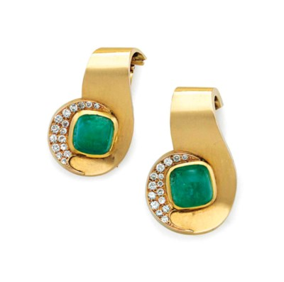 AN ART DECO PAIR OF EMERALD AN