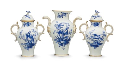 A WORCESTER PORCELAIN BLUE AND