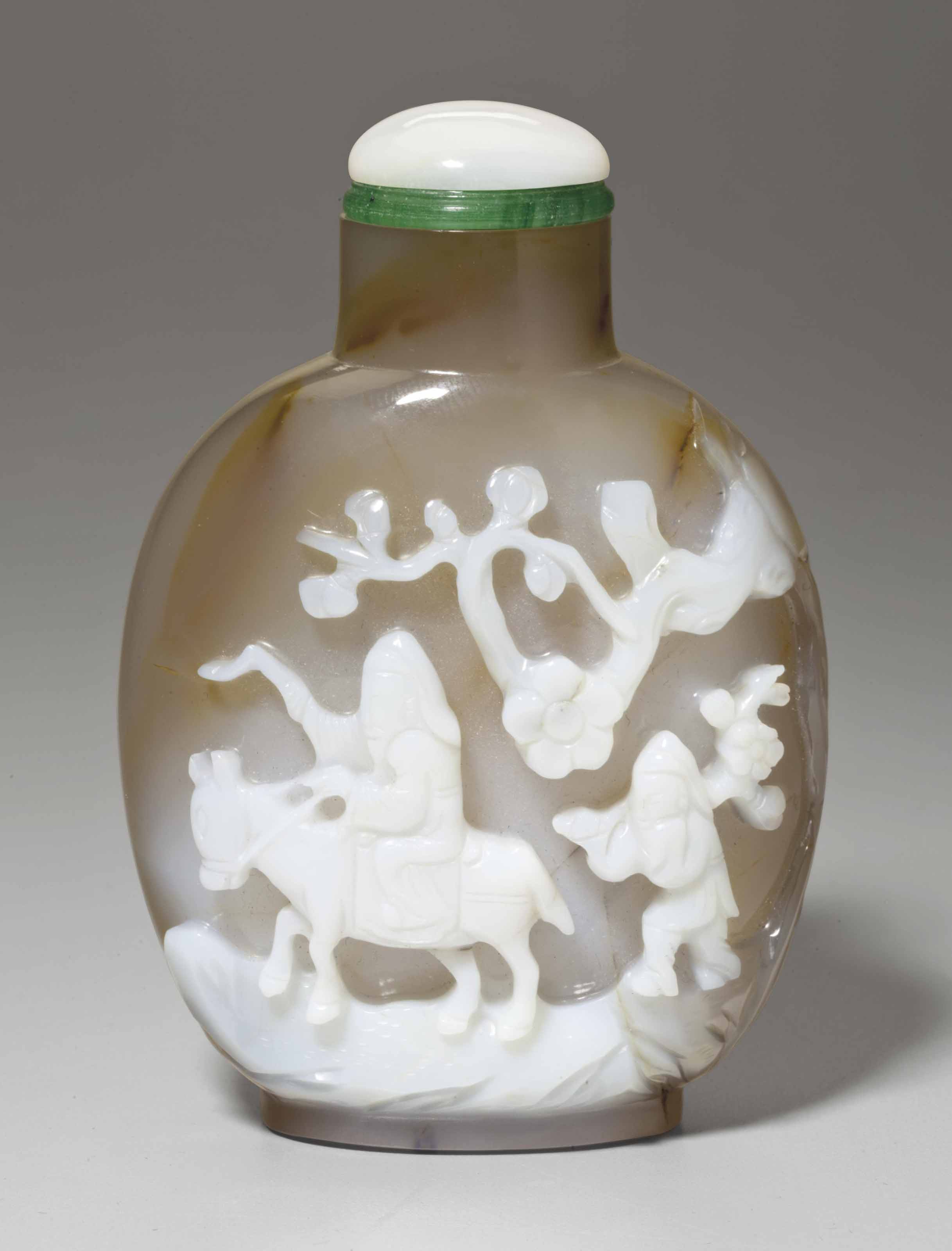 A WELL-CARVED CAMEO AGATE SNUF