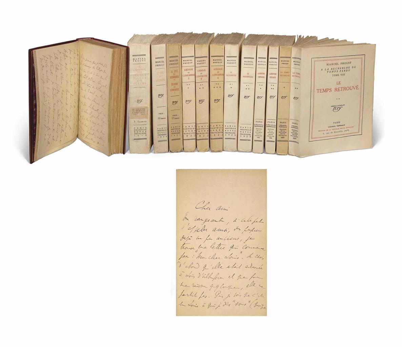 Marcel PROUST (1871-1922). À la recherche du temps perdu. Paris: Grasset 1914 (couverture jaune datée 1913), puis NRF, 1914-1927. 13 volumes in-8 (186 x 115 mm pour le premier et 192 x 140 pour les autres). Le premier volume relié par Semet & Plumelle, maroquin rouge, dos à nerfs, doublure de maroquin bleu nuit et gardes de moire rouge, tranches dorées, étui assorti. Les autres volumes brochés.