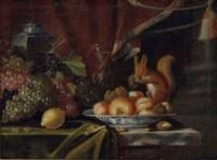 Ecureuils et fruits variés sur un entablement drapé