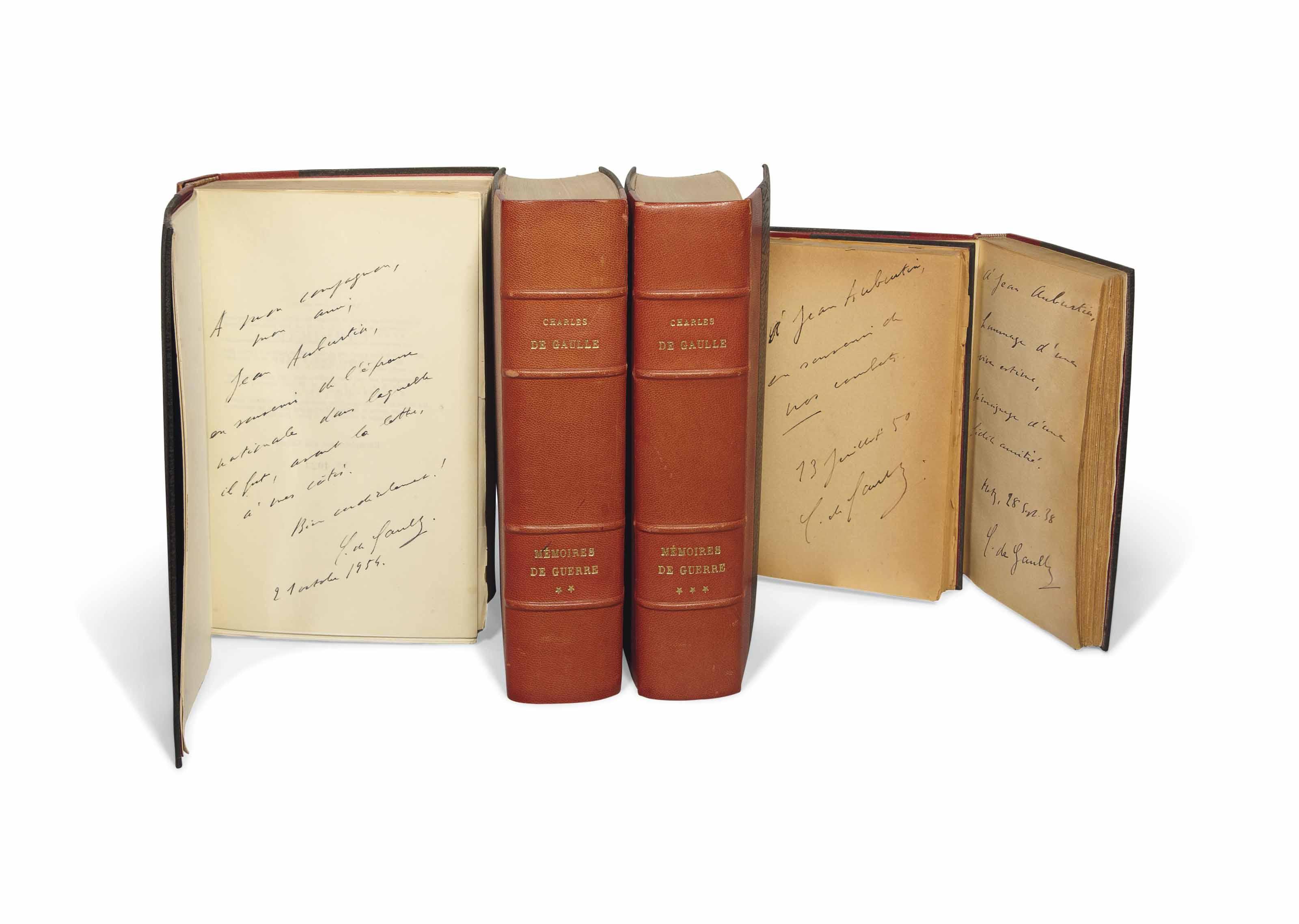 Charles de GAULLE (1890-1970). Mémoires de guerre. Paris : Plon, 5 octobre 1954-25 septembre 1959. 3 volumes in-8 (222 x 138 mm). 3 cartes dépliantes. Demi-chagrin rouge, dos à nerfs, têtes dorées, couvertures et dos.