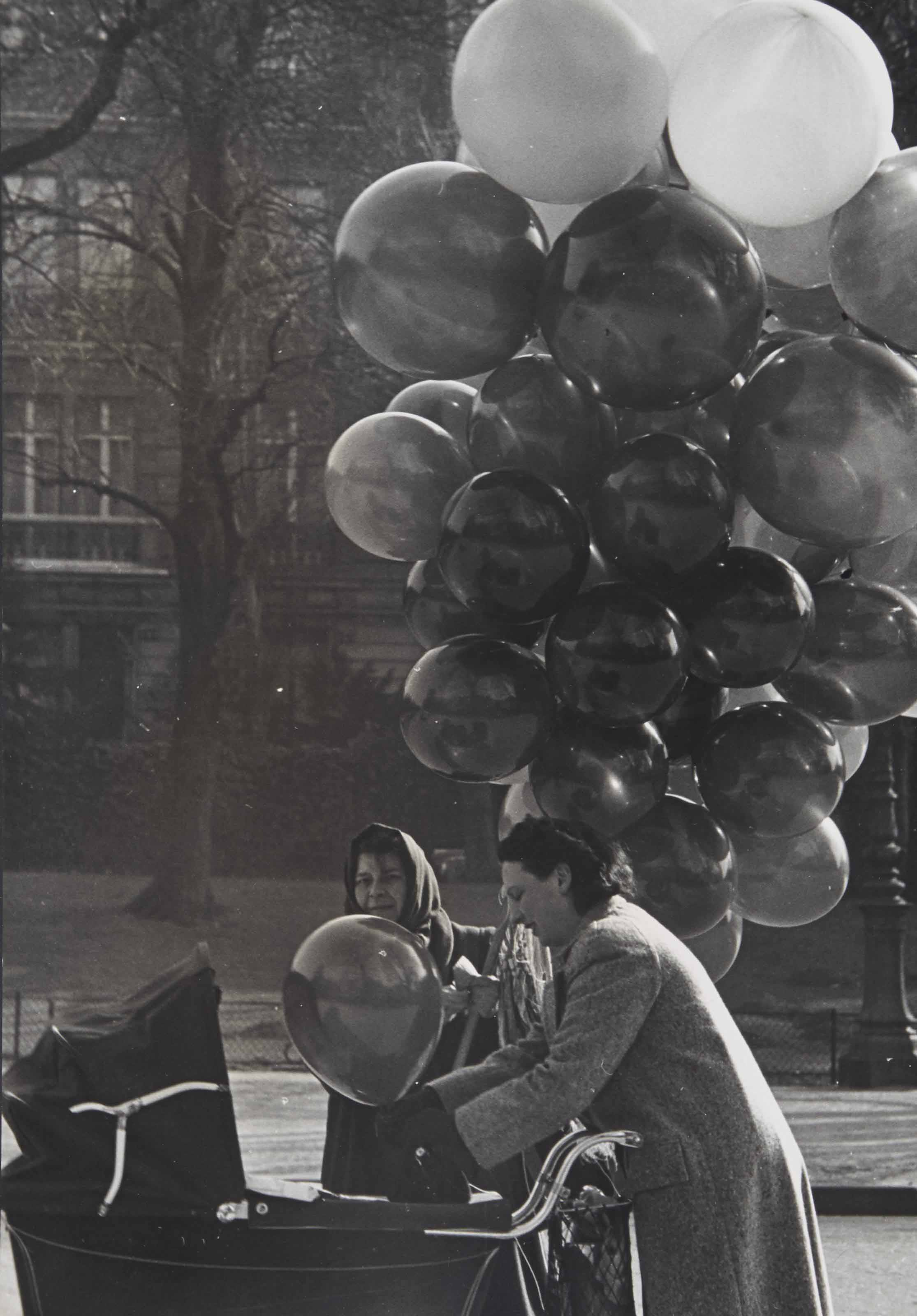 Vendeuse de ballons, Paris, vers 1950