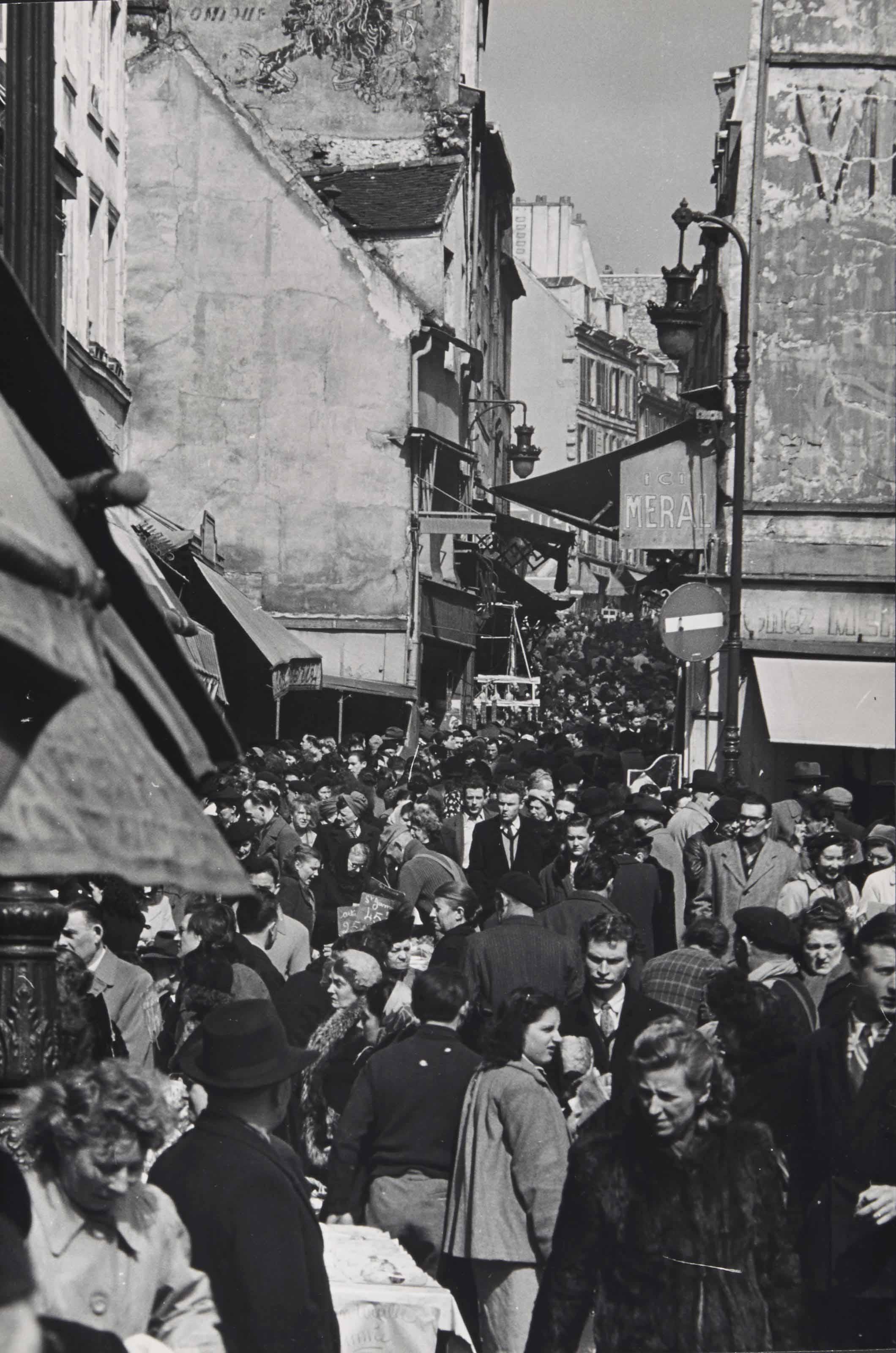 Foule rue Mouffetard, Paris, vers 1950