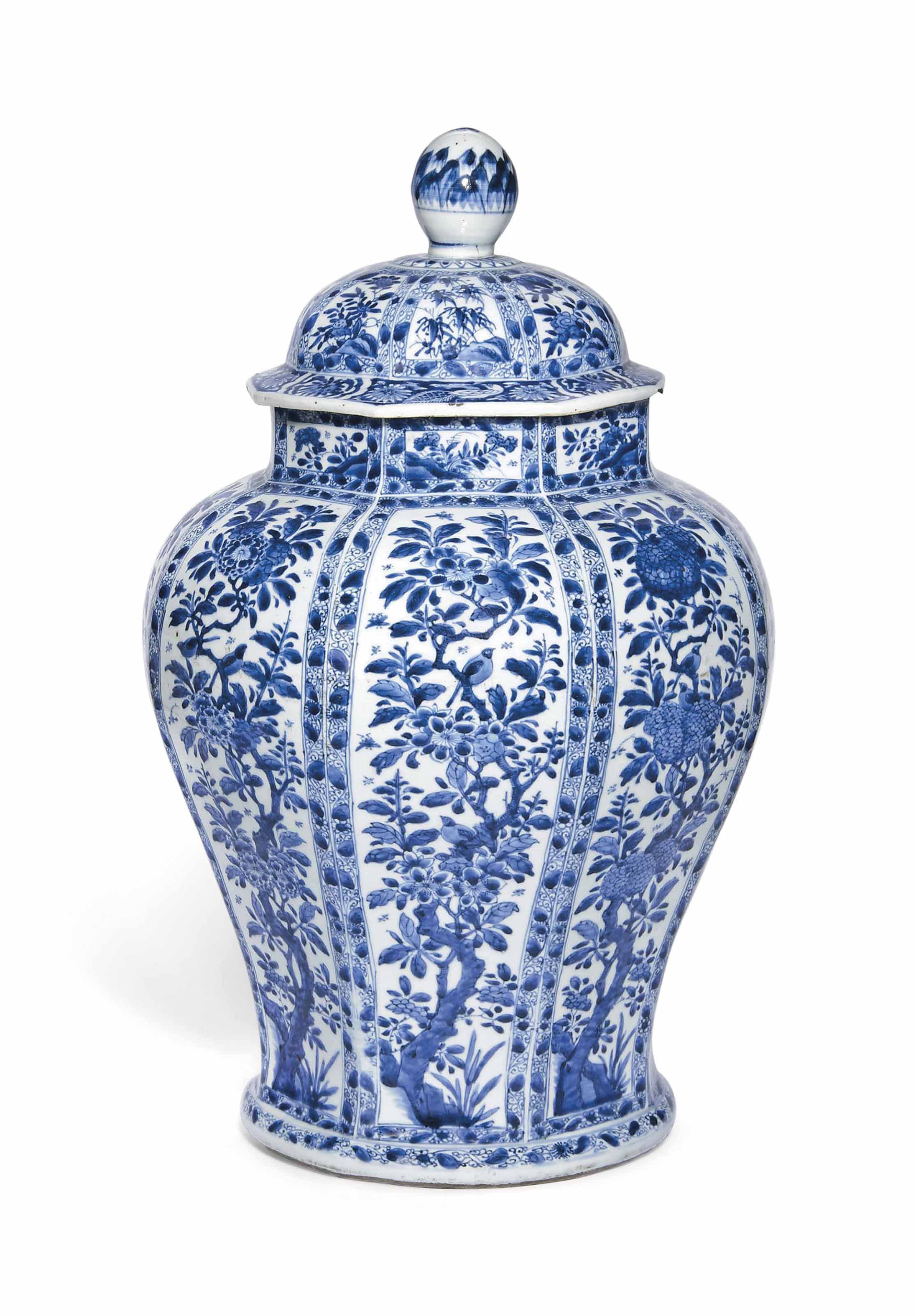 A LARGE CHINESE BLUE AND WHITE OCTAGONAL JAR AND COVER