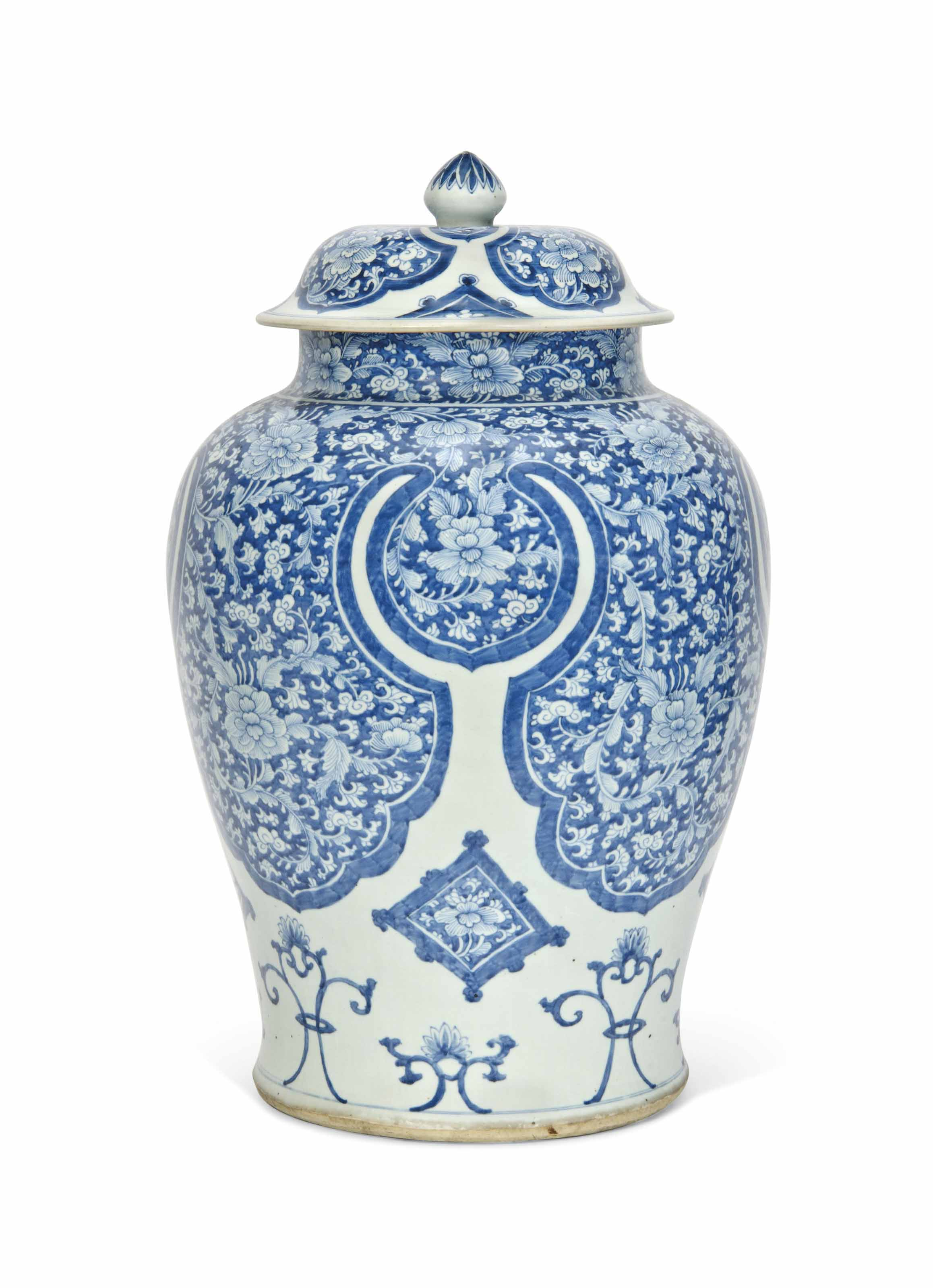 A LARGE CHINESE BLUE AND WHITE VASE AND COVER