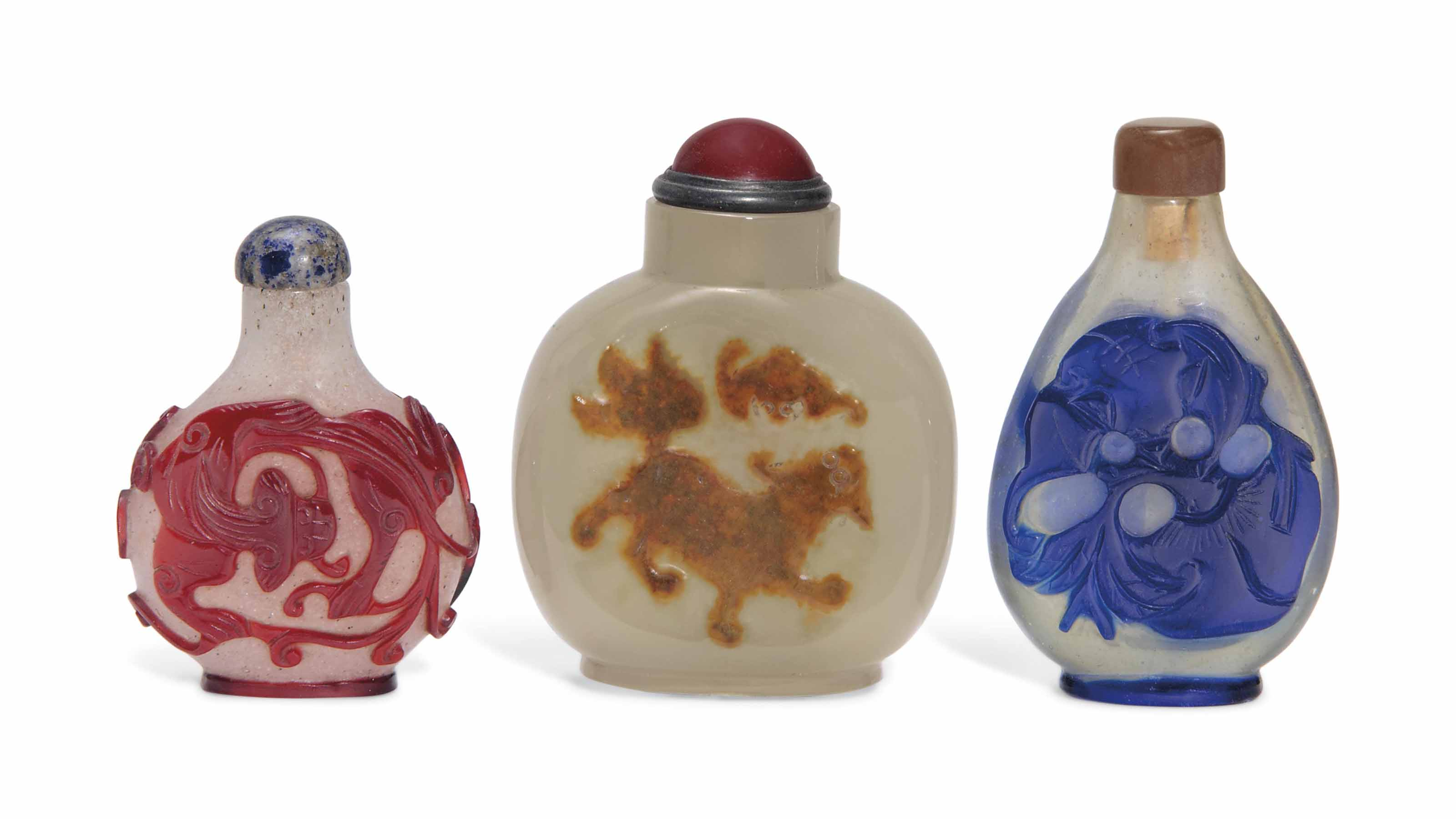 A CAMEO AGATE SNUFF BOTTLE AND