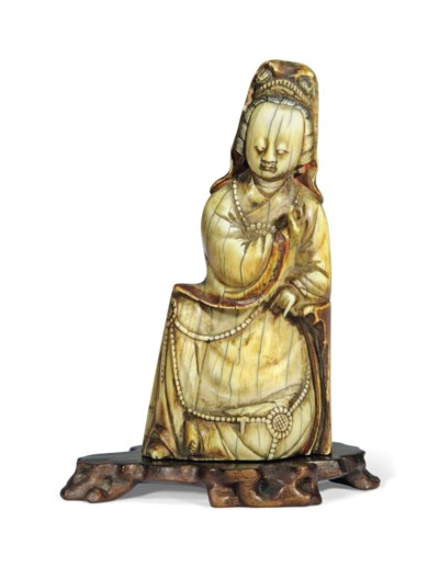 AN IVORY SEATED FIGURE OF GUAN