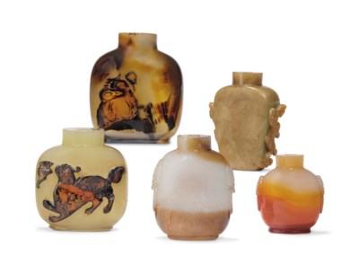 A GROUP OF FIVE AGATE SNUFF BO