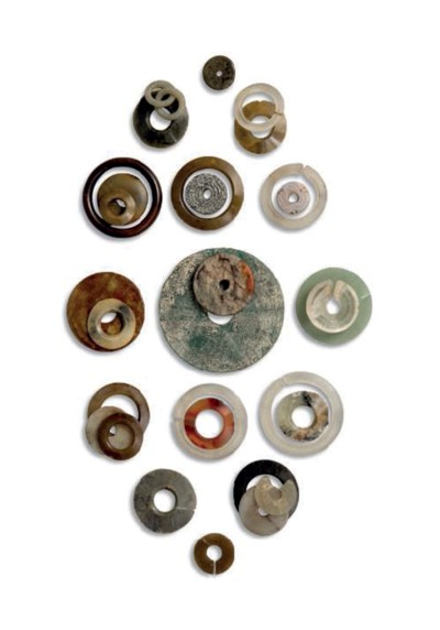 A COLLECTION OF HARDSTONE DISC