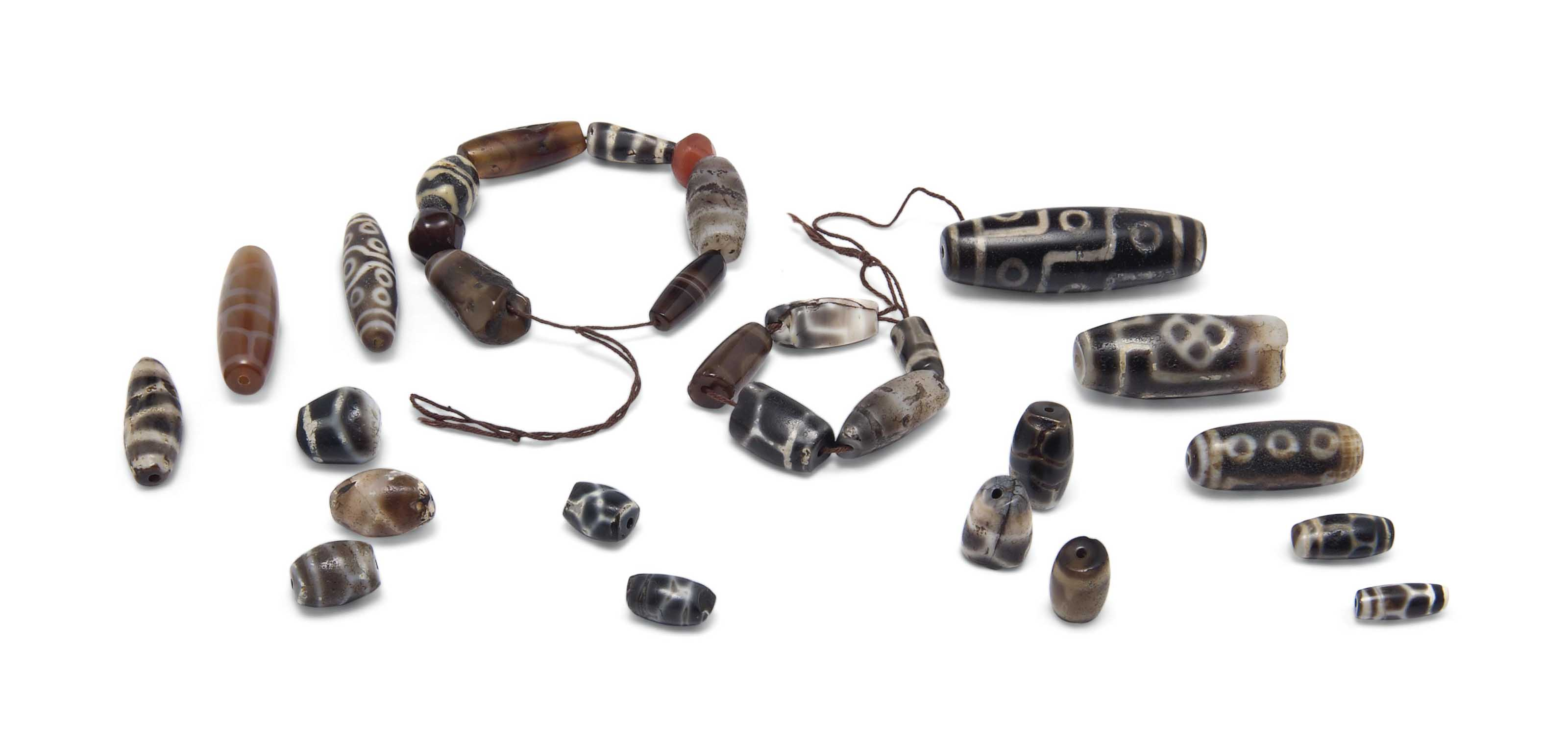 A COLLECTION OF AGATE BEADS