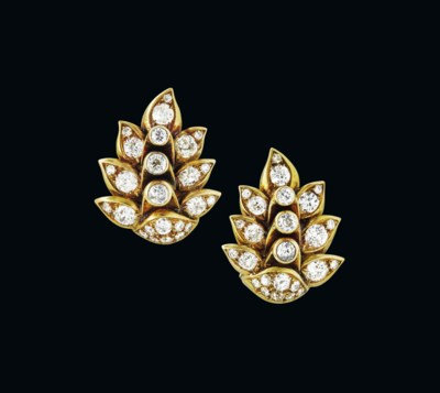 A PAIR OF RÉTRO DIAMOND EARCLI