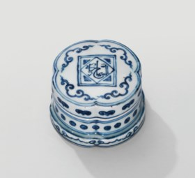 A VERY RARE BLUE AND WHITE 'KORANIC-VERSE' QUATREFOIL BOX AN