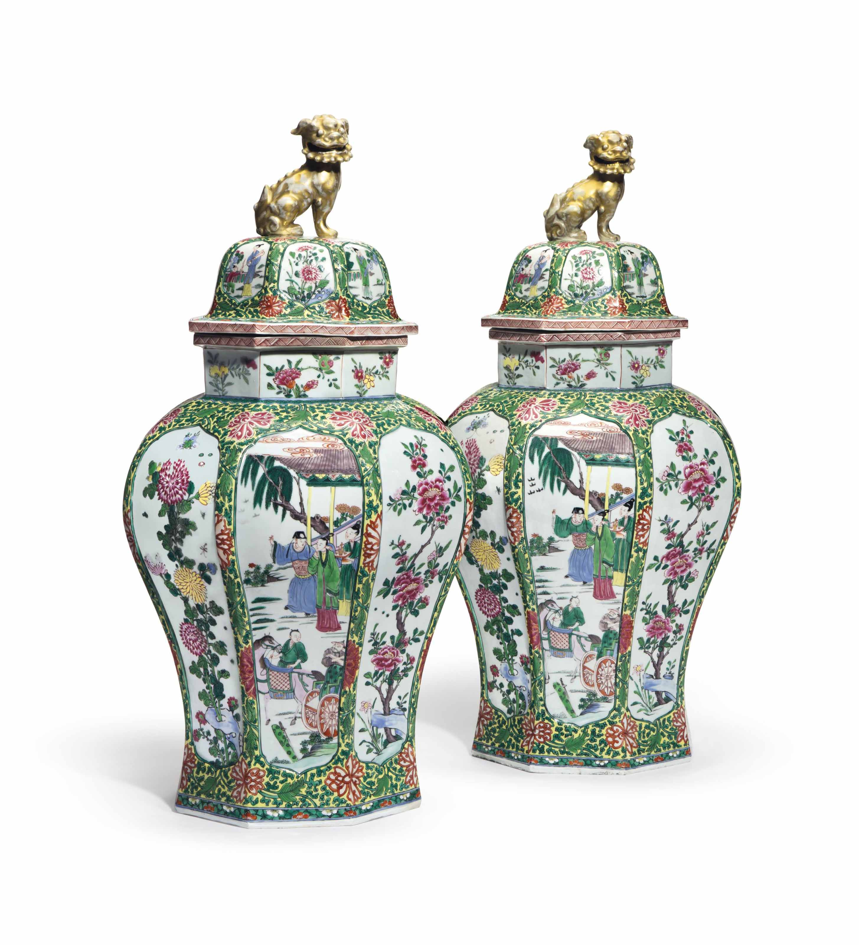 A PAIR OF CHINESE EXPORT STYLE LARGE OCTAGONAL JARS AND COVERS