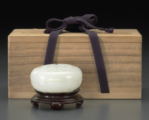 A WHITE JADE CIRCULAR BOX AND