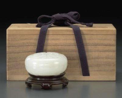 A WHITE JADE CIRCULAR BOX AND