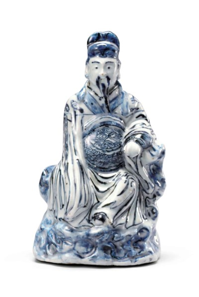 A BLUE AND WHITE FIGURE OF A D