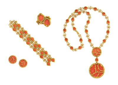A SUITE OF CORAL AND GOLD JEWE
