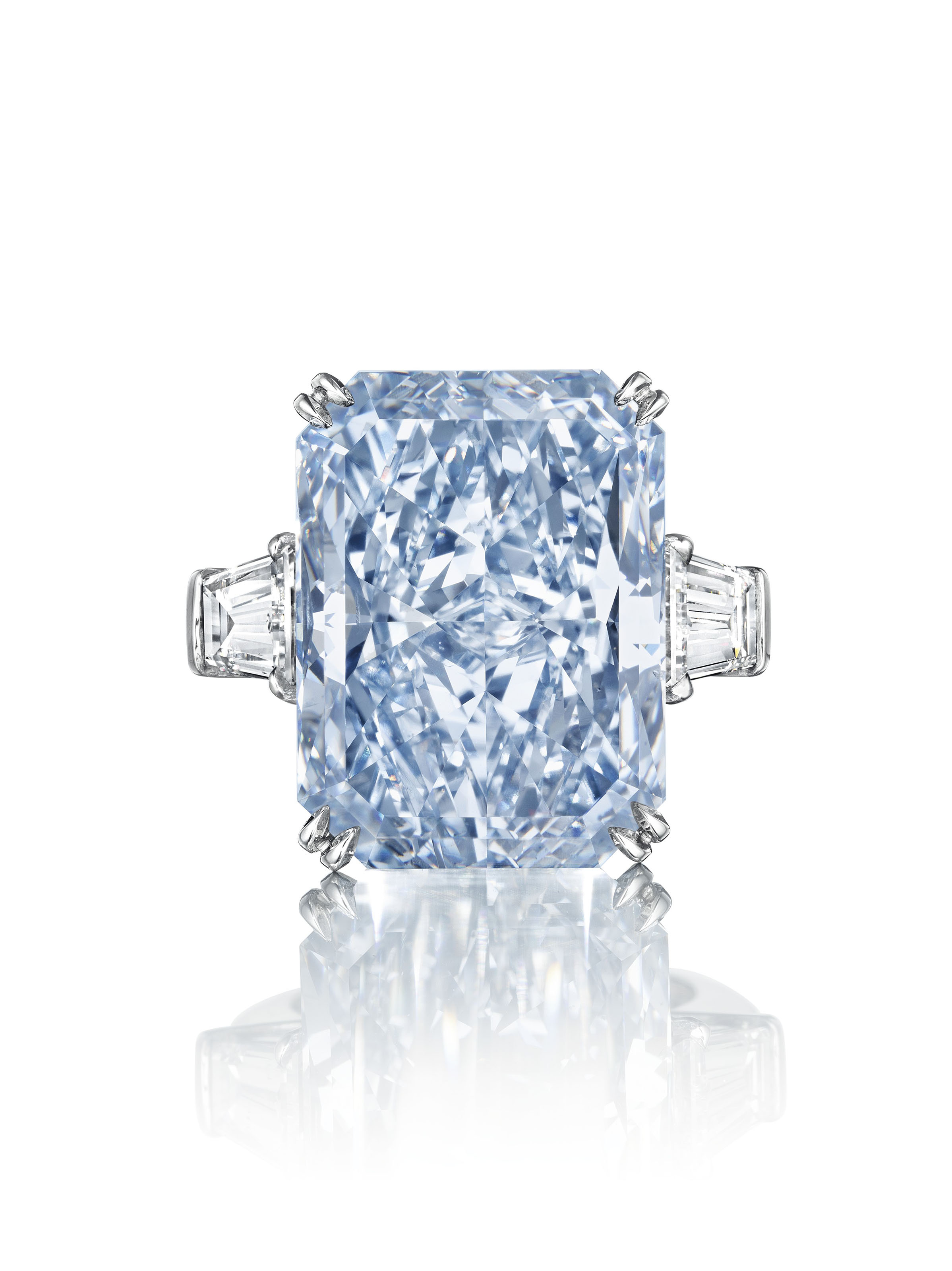 A MAGNIFICENT COLORED DIAMOND RING