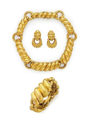 A SUITE OF GOLD JEWELRY, BY DA