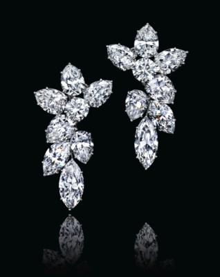 A PAIR OF DIAMOND CLUSTER EAR