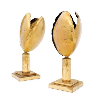 A PAIR OF BRASS 'TULIP' LAMPS